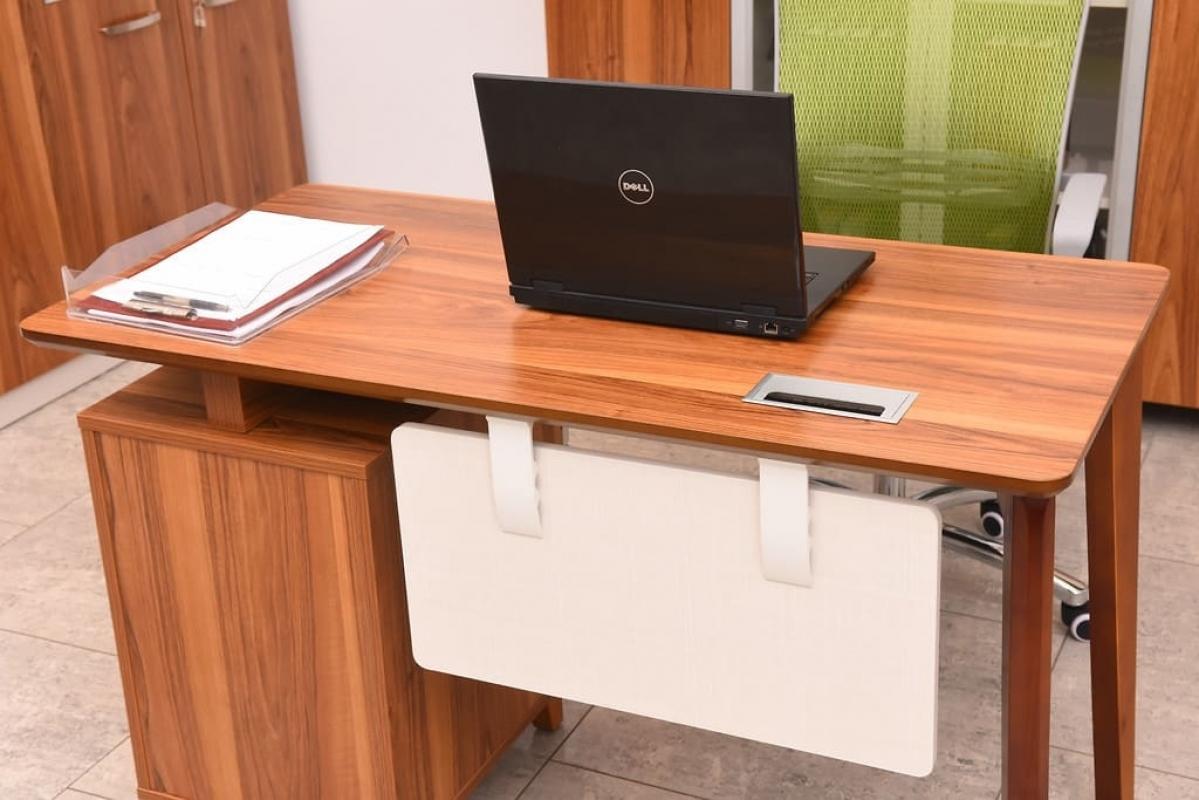 Scrivania operativia moderna con cassettiera per ufficio o studio