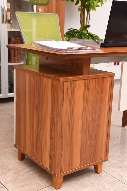 Scrivania moderna per ufficio o studio con cassettiera for Cassettiere ufficio