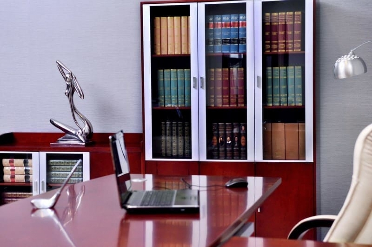 Armadio moderno per ufficio a tre ante con vetrine di ...