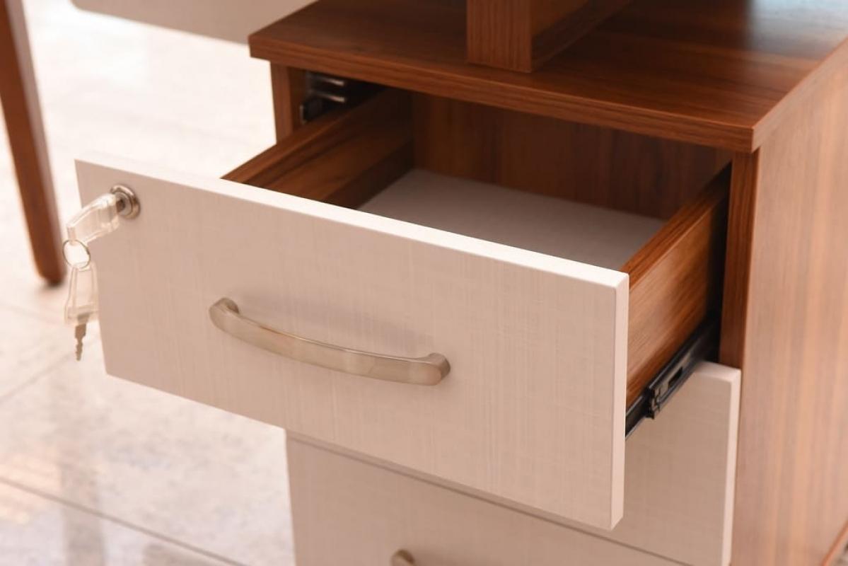 Scrivania operativia moderna con cassettiera per ufficio o studio m
