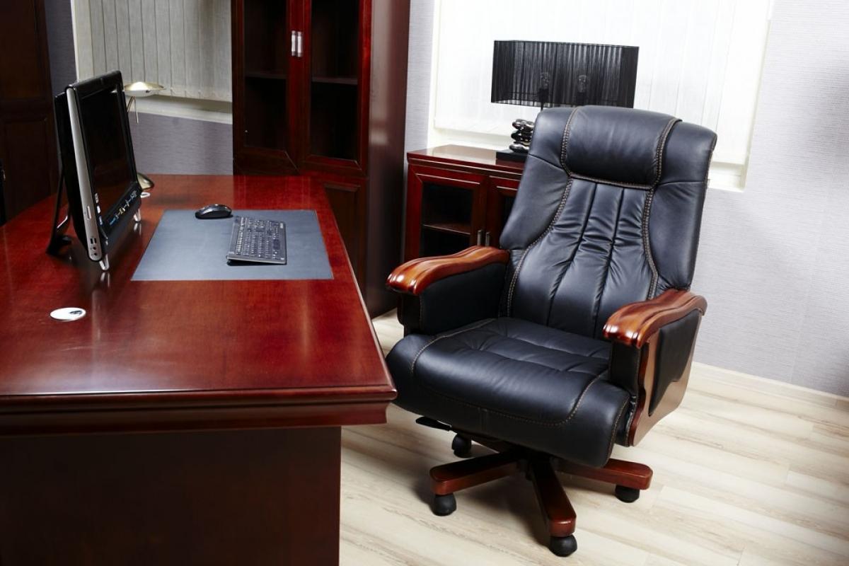 Poltrona da ufficio direzionale in pelle colore nero for Poltrona ufficio