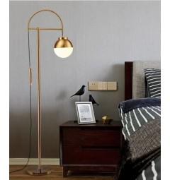 Lampada da terra in ottone stile vintage con paralume in sfera a vetro bianco satinato
