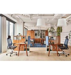 ufficio open space con scrivanie moderne