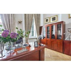 scrivania direzionale classica in legno con librerie e vetrinette