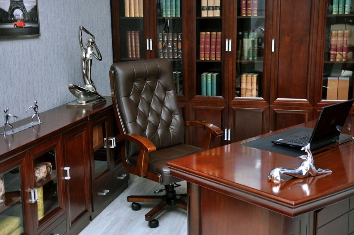 Poltrona direzionale in pelle marrone moderna ed elegante for Poltrona ufficio