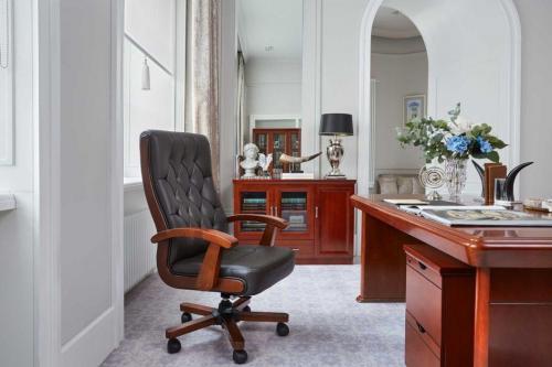Poltrona presidenziale e sedie direzionali in pelle e tessuto
