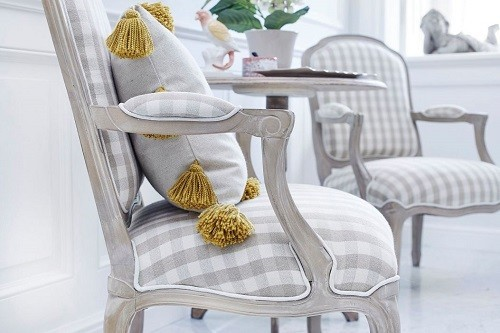 Sedie e poltrone per la camera da letto in stile classico.