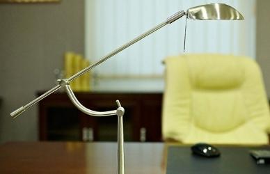 illuminare ufficio con lampada tavolo