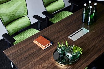 piano legno con passacavi ufficio