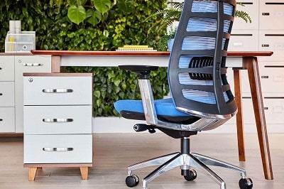 scrivania con cassetti laterali
