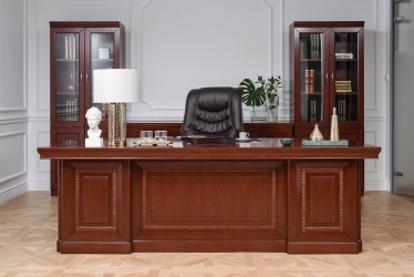 sedia da ufficio economica e poltrona di lusso dietro a una scrivania in stile classico che costa poco ma è di alta qualità